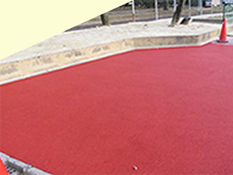 学校の安全性を向上するゴムチップ舗装