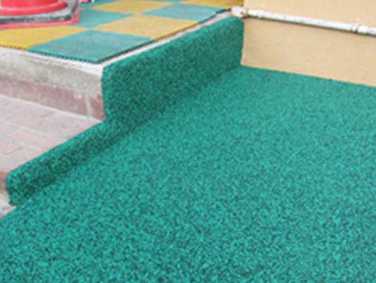 保育園・幼稚園での遊具・階段周辺のゴムチップ舗装