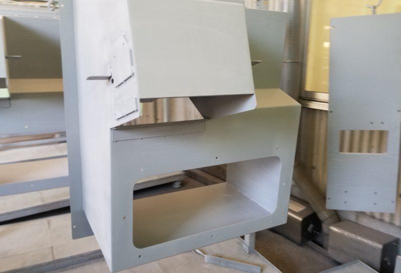 搬送装置のワーク排出口の外装カバー