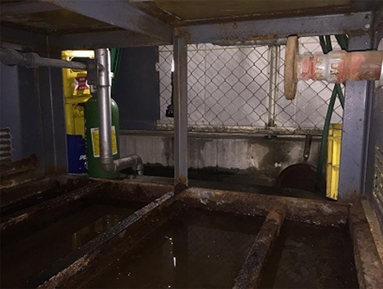 受水槽タンク下の狭い作業現場